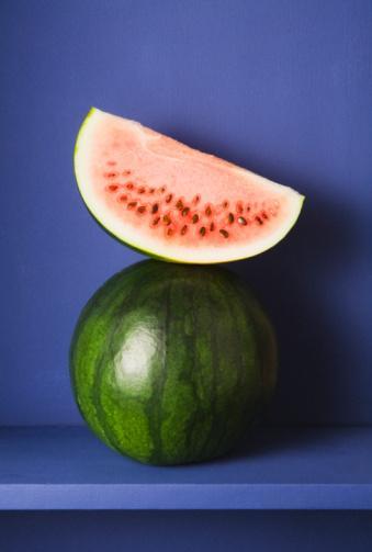 KARPUZ Serinletici etkisi dışında, su içeriğiyle rekor kırar, ama diğer nitelikleriyle de bilimsel olarak ilgi çeker. Yüksek oranda keratin içerir, (portakal renginde bir kavun seçin), lif olarak zengindir ve anti-aging'dir. Diğer meyve ve sebzeler gibi sayısız kanser ve kardiyolojik hastalıklardan korunmada etkilidir.