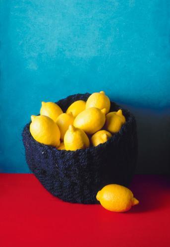 LİMON Bütün turunçgiller gibi limon da sağlığa olan çok büyük katkılarıyla tanınır. Vitaminler ve flavonoid'lerle kan damarlarını güçlendirir. Kan dolaşımı yoluyla organlarımıza, hücrelerimize tıpkı benzin gibi güç verir ve vücudun yaşamsal vitamin materyallerini sağlar. Üstelik kanserden korunmada da önemli bir yeri vardır. Bütün yemeklerimize biraz limon suyu katarak onun faydalarından yararlanabiliriz, çünkü limon kandaki şeker oranını ve aynı zamanda kan basıncını düşürür.