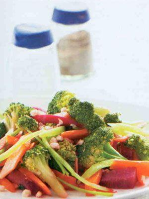 Esmer Pirinçli Brokoli (4 kişilik)  Malzemeler:  600 gram brokoli  1 çay bardağı esmer pirinç  2 adet çarliston biber  2 adet havuç ve kırmızı pancar  3 çorba kaşığı soya sosu  2 diş sarmısak  3 çorba kaşığı zeytinyağı  3 çorba kaşığı soya sosu  5 çorba kaşığı sirke  1 çay kaşığı tozşeker  1 çorba kaşığı limon suyu  1 çay kaşığı rendelenmiş zencefil  Yeteri kadar su, tuz  Hazırlanışı: Brokoliyi çiçeklerine ayırıp üzerine tuz ekleyin ve buharda pişirin. Ya da tuz eklediğiniz az miktardaki suda haşlayın. Daha sonra süzüp soğuk suya alın ve yeniden süzüp kenara alın. Esmer pirinci, üzerini 2-3 parmak geçecek kadar suda 30 dakika haşlayıp süzün. Biberleri jülyen doğrayın. Havuçları  ince verev doğrayıp, az suda hafifçe haşlayın. Pancarları soyup iri jülyen doğrayın. Daha sonra üzerini geçecek kadar su,3 çorba kasığı sirke ve tuz ekleyip 15 dakika haşlayın. Soğuduktan sonra tüm sebzeleri  geniş bir kaba alın. Üzerine pirinci ekleyin. Küçük bir kapla kalan sirke, zeytinyağı, soya sosu, tozşeker, limon suyu. zencefil ve tuzu karıştırın. Hazırladığınız sosu salatanın üzerine gezdirip karıştırdıktan sonra servis yapın.