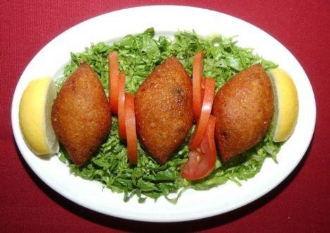 İçli Köfte   Malzemeler:  250 gr yağsız sinirleri alınıp dövülmüş et   1 kg kadar ince bulgur   2 orta boy haşlanmış patates   2 – 3 yemek kaşığı kadar salça   2 tane yumurta     4 yemek kaşığı un   Tuz   Gerektiği kadar su   İç malzemeleri:   1 kg kadar az yağlı kıyma   2 büyük kuru soğan   2 yemek kaşığı salça   1 – 1,5 su bardağı kadar iri kıyılmış ceviz   Tuz, karabiber, kırmızı biber   Hazırlanışı:   Köftenin içinin hazırlanışı:  Kıymayı kısık ateşte yavaş yavaş kavuralım. İhtiyaç varsa biraz sıvı yağ ilave edebilirsiniz. Soğanları kıyalım ve kavrulmuş ete ilave edip, soğanlar diriliğini kaybedinceye kadar pişirelim. İyice kavrulduktan sonra baharatlarını atıp, karıştıralım. Son olarak da cevizlerini ilave edelim.İç harcımızı hazırlayıp bir tarafta soğumasını bekleyelim.   Köftenin hazırlanışı:   Bulguru, eti ve patatesi bir miktar su ile harmanlayalım. Et makinanız varsa et makinasında iki defa çekin yoksa çiğ köfte yoğurur gibi yoğurun. İki defa çektikten sonra kalan malzemeleri de ekleyip su ile yoğuralım. Köftemiz hazırlandıktan ( sakız gibi olacak)  sonra ister elinizde ceviz büyüklüğünde köfte alıp içini oyup etli harçtan koyarak kapatabilirsiniz.   Et makinanız varsa köfte ucunu takarak makina ile yapabilirsiniz. Kapatma işiniz bittikten sonra kızgın bol yağda köftelerin yönlerini sık sık değiştirerek kızartın. İsterseniz kaynamış suya atarak haşlayabilirsiniz.