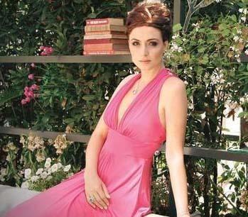 Eski aşkının evini bastı  İsmail Hacıoğlu'nu eski sevgilisi Ceyda Düvenci hakkında çıkan aşk dedikoduları çıldırtınca soluğu Düvenci'nin evinde aldı.