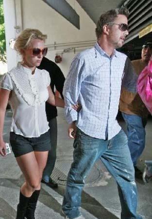 Sevgilisini iki kadınla yakaladı.  Britney Spears ise uzun bir aradan sonra mutluluğu bulduğu sevgilisi Jason Travick'ten büyük bir darbe yedi.