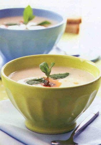 Karnabahar çorbası (8 kişilik)  Malzemeler:  1 kg karnabahar  1 adet büyük boy kereviz  4 çorba kaşığı tereyağı  Yarım kahve fincanı un  2 adet yumurtanın sarısı  2 çay bardağı süt  8 su bardağı ılık et suyu   Tuz  Üzerine:  4 dilim pastırma  2 çorba kaşığı tereyağı  Hazırlanışı: Karnabaharı çiçeklerine ayırıp bir tencereye alın. Küp doğranmış kereviz ilave edin. Üzerini geçecek kadar su ekleyin. Sebzeler yumuşayana dek pişirip süzün. Daha sonra blender'den geçirin. Bir tencereye tereyağını alıp kızdırın. Unu ilave edip hafifçe kavurun. Üzerine et suyunu, blenderden geçirdiğiniz sebzeleri ve tuz ekleyin. 10 dakika pişirin.  Diğer taraftan bir kapta yumurta sarısı ve sütü çırpın. Çorbanın altını iyice kısıp üzerine karışımı ekleyin.10 dakika pişirin. Diğer taraftan bir kapta yumurta sarısı ve sütü çırpın. Çorbanın altını iyice kısıp üzerine karışımı ekleyin. Karıştırıp ocaktan alın. Pastırmayı ince kıyıp tereyağında kavurun. Çorbanın üzerine ekleyip servis yapın.