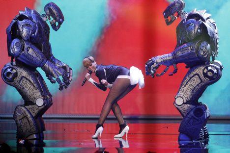Rihanna'nın robotlarla kucak dansı - 1