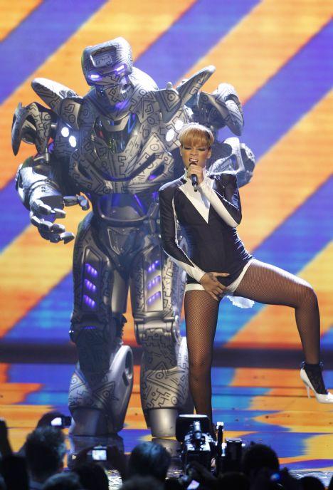 Rihanna'nın robotlarla kucak dansı - 10