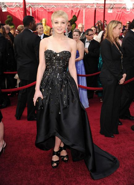 Carey Mulligan'ın asimetrik kesim ve kuyruklu Prada elbisesi tören sonrası en çok konuşulanlardan. Kulağındaki küpeler ise Fred Leighton.