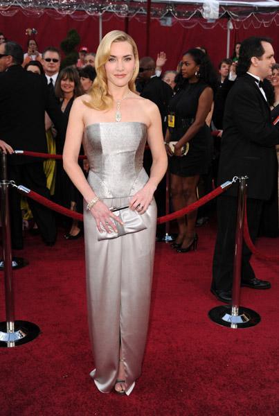 Dore ve lame gibi metalik renkler bu yıl kırmızı halıda oldukça revaçtaydı. Kate Winslet'da bu trende uyanlardan. Winslet törene Yves Saint Lauren markalı bu tuvalet ve 2.5 milyon dolar değerindeki Tiffany&Co kolyesiyle katıldı.