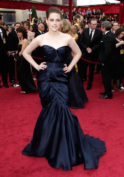 Kristin Stewart'ı gece mavisi bu Monique Lhuillier elbisenin içinde görmek kimseyi şaşırtmadı. Stewart yine o heykelsi ve gotik görünümünü gözler önüne serdi.