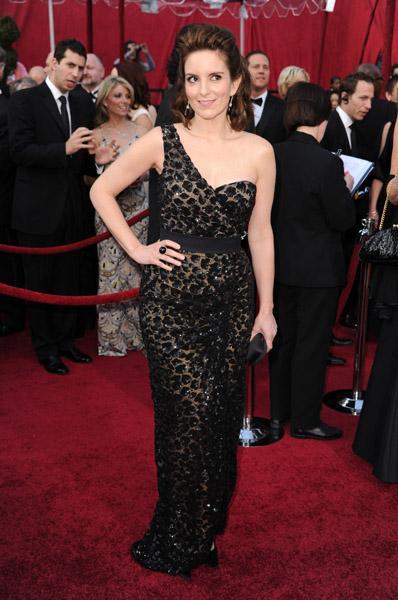Tina Fey siyah leopar desenli bu Michael Kors elbisesiyle kırımızı halıda giymemeniz gereken şeyler listesine bir yenisini daha ekliyor.