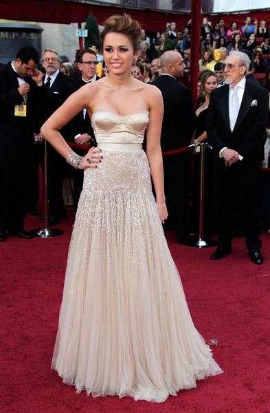 Miley Cyrus da rutini bozmayanlardan. Cyrus törene büstiyer görünümlü Jenny Peckham marka bu dore straples elbiseyle katıldı.