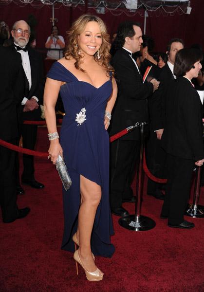 Mariah Carey geceye Valentino elbisesiyle katıldı.