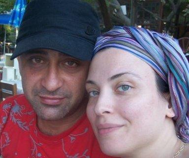 ARZU YANARDAĞ  Facebook kullanıcısı olan Arzu Yanardağ profilinde eşi Serhat Türkkan ile birlikte çekilen bir fotoğrafı kullanıyor...