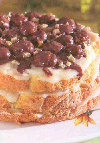 Kestaneli pasta (8 kişilik)  Keki için:  6 adet yumurta   2 su bardağı toz şeker 2 su bardağı un  1 paket kabartma tozu  1 paket vanilya  Kreması için:   4 su bardağı süt  2 su bardağı tozşeker  3 çorba kaşığı un   1 paket vanilya  1 çay kaşığı eritilmiş margarin Yarım kg haşlanmış kestane  2 paket (160 gram ) sütlü çikolata  Keki ıslatmak için: 1 su bardağı süt  Yapılışı: Yumurtaları tozşekerle iyice çırpınç un, kabartma tozu ve vanilyayı ekleyerek tel çırpıcı ile çırpınç karışımı 180 derece fırında 45 dakika pişirin. Kremayı hazırlamak için, tencereye aldığınız süt, toz şeker, un ve vanilyayı pişirip soğumaya bırakın.   Soğuyan kremaya margarini ekleyip iyice çırpın. Pasta kekini üçe bölerek sütle ıslatın. Kekin aralarına kremayı sürerek kestanelerden yerleştirin. Çikolatayı benmari usulü eritip ılınmaya bırakın. Kalan kestaneleri çikolataya batırarak donmaya bırakın. Daha sonra pastanın üzerine yerleştirin. Kalan erişim çikolatayı pastanın üzerinde gezdirin. Soğuk olarak servis yapın.  Aşçının notu: Pasta kekini düdüklü tencerede veya kalaylı bakır tepside pişirdiğinizde daha lezzetli olduğunu göreceksiniz.