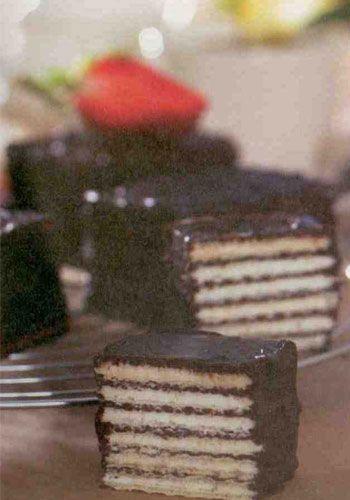 Çikolatalı ev gofreti (4 kişilik)  Malzemeler:   3 adet 80 gramlık bitter çikolata  1 çorba kaşığı tereyağı  1 paket vanilya  250 gram ince sade gofret  Yapılışı: Çikolataları ince ince kırpıp benmari usulü eritin ve içine tereyağı ile vanilyayı ilave edin. Bir adet gofreti yağlı kağıdın üzerine yerleştirip üzerine çikolata sürün ve ikinci gofreti üzerine koyun. Yeniden çikolata sürün. Bu şekilde 6 kat üst üste gofret koyun. Gofretlerin üstünü ve yanlarına da çikolata bulayın. Tüm gofretler bitene kadar aynı işlemi tekrarlayın. Hazırladığınız gofretleri 1 saat bekletip servis yapın.