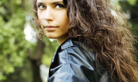 Yılın en popüler kadın oyuncusu, Hatırla Sevgili dizisiyle gözleri üzerine çeken ve ardından Aşk-ı Memnu dizisiyle popülaritesini arttıran Beren Saat oldu.