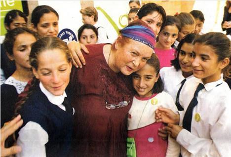 Geçtiğimiz yılın en çok konuşulan kadınları arasında yer alan bir diğer dikkat çekici isim, ölümüyle Türk halkını üzüntüye boğan Türkan Saylan yer aldı. Özellikle kız çocuklarına verdiği eğitim desteğiyle bilinen Saylan toplam 15 bin 32 haberde yer aldı.
