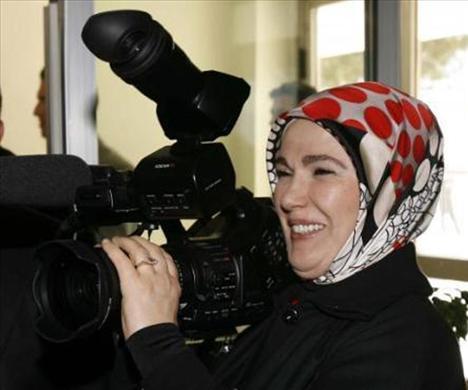 Siyaset arenasının başrol oyuncularından Tayyip Erdoğan ve Abdullah Gül'ün eşleri geçtiğimiz yılın en merak edilen isimleri arasında üst sıralarda yer aldı. Türban konusuyla da sıkça markaja giren Emine Erdoğan ve Hayrunisa Gül, medyanın gözde kadınları arasındaydı.