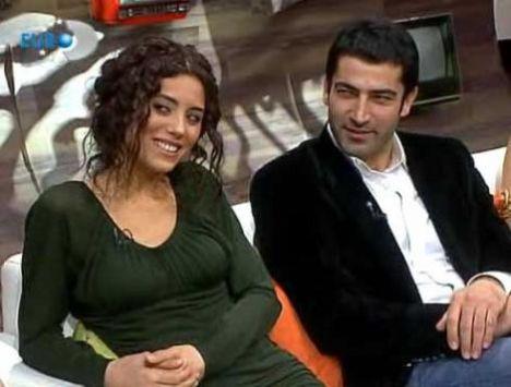 Dere'nin dizideki rol arkadaşlarından Yiğit Özşener ile öpüşme sahnesi de olayların üzerine tuz biber ekti.