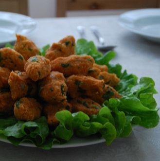 Mercimek Köftesi  Malzemeler:  1 su bardağı kırmızı mercimek  1 su bardağı ince bulgur  3 orta boy soğan  1 kahve fincanı sıvıyağ  2 yemek kaşığı margarin  2 orta boy domates veya 1 yemek kaşığı salça Kırmızı biber-kimyon-karabiber (ölçüsü isteğe bağlı)  1 demet yesil soğan (4-5 adet)  3-4 adet yeşil biber  ½ demet maydanoz  Marul veya yeşil salata  Yapılışı: Mercimeyi ayıklayıp yıkayın. 3 bardak suyla ateşe koyun; kısık ateşte suyunu çekene kadar pişirin. Bulguru, tuzu tel süzgece koyup üzerinden su dökün ve mercimeğin içine boşaltın. Tuz koyun, kapalı olarak kabarmasını sağlayın. Kuru soğanları ince ince doğrayın, yağla birlikte börttürün. Doğranmış domates veya salça katın.   Bir iki çevirdikten sonra mercimeğe karıştırın. İstenilen ölçüde kırmızı biber, kimyon, karabiber , kıyılmış maydanoz, biber ve yeşil soğan katıp iyice yoğurun. Hazırlanan içi, avuç arasında sıkarak şekillendirin. Salata veya marul yaprakları üzerinde servis yapın.