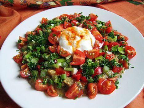 Mamzana  Malzemeler:  6 patlıcan  4 domates  5-6 sivir biber   1 demet maydanoz   750 gr yoğurt   3 diş sarımsak   2 yemek kaşığı margarin   1 çay kaşığı kırmızı biber   Tuz   Yapılışı: Patlıcanlar ucundan başlayarak ocakta çevire çevire közlenir. Kabukları soyulup incecik kıyılır. Domates, sivri biber ve maydanoz küçük doğranıp patlıcanlara katılır. Tuz atılır. Üzerine sarımsaklı yoğurt dökülüp, kırmızı biberli yağ gezdirilir.