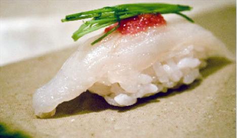Fugu (balon-kirpi) balığı Lüks restoranlarda incecik dilimler halinde servis edilen fugu balığı oldukça riskli bir gıda. Bu şişman balığın bağırsak, yumurtalık ve ciğeri tetrodoksin isimli, siyanürden 1200 kat daha kuvvetli bir zehir içeriyor. Guinness Rekorlar Kitabı'nda dünyanın en zehirli balığı olarak yer alan fugunun vatanı Japonya. Kirpi ya da balon balığı olarak da bilinen fugudaki zehrin bir toplu iğne başı kadar miktarı bile ölümcül sayılıyor. Bir balıktaysa 30 kişiyi öldürmeye yetecek kadar zehir var. Bu nedenle de şefler fuguyu doğru dilimleyebilmek için iki yıllık özel bir eğitimden geçiyor.