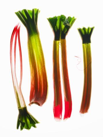 """Rhubarb (uçkun-yayla muzu)  Türkiye'de Van Gölü çevresinde yetişen, uçkun ve yayla muzu isimleriyle bilinen bu sebzenin kırmızı, etli sapları en çok tatlı yapımında kullanılıyor. Hatta bu yüzden ona """"tart bitkisi"""" de deniyor. Ancak yaprakları yenilirse zehirlenme yaşanabiliyor."""