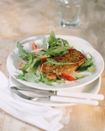 Bonfile Filetosu  Baharatlı ekmek ve domates ile (2 kişilik)  Patates Sufle  Malzemeler:  200 gr patates  40 gr krema  10 gr süt  1 yemek kaşığı tereyağı  Tuz, beyaz toz biber, taze çekilmiş muskat  10 gr rendelenmiş parmesan peyniri  1 yemek kaşığı ince doğranmış taze soğan  1 adet yumurta  Hazırlanışı: Patatesler yıkanıp soyulduktan sonra üzerleri kaplanana kadar su ilave edilip kaynatılır. Yumuşayıncaya kadar pişirilir. Su süzülüp, patatesler kurumaları için bekletilir.   Patatesler bir kabın içine rendelenir, tuz. biber ve muskat ilave edilir. Daha sonra süt, peynir, soğan ve yumurtanın sarısı ilave edilir. Krema çırpılıp, patates karışımının içine eklenir. Yumurta beyazı kar haline gelene kadar iyice çırpılır ve karışıma eklenir. Kalıpların dörtte üçü karışımla doldurulur, önceden 200 derece ısıtılmış fırında, altın sarısı olana kadar pişirilir. Fırından çıkartıldıktan sonra mevsim sebzeleriyle servis edilir.