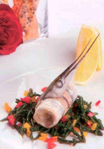 Zargana Balığı   Akdeniz sebzeleri ile (2 kişilik)  Malzemeler:  2 adet zargana balığı  Yarım limon suyu  1 demet deniz börülcesi  Renkli biberler (yarım sarı, yarım kırmızı biber)  1 yemek kaşığı zeytinyağı  1 yemek kaşığı kıyılmış soğan  1 diş kıyılmış sarımsak  Tuz, karabiber  Hazırlanışı: Balık temizlenir. Kemiği çıkartılır fakat kafası ve kuyruğu bırakılır. Tuz, biber ve limon suyu ile marine edilir. Rulo yapılır. 80 derece buharda, 10 dakika pişirilir. Deniz börülcesi kaynar su içinde haşlanır ve kabuğunun soyulması için buzlu su içine alınır. Soğan, sarımsak ve ince doğranmış renkli biberler zeytinyağında sotelenir ve temizlenmiş deniz börülcesi ilave edilir, daha sonra tuz ve biber eklenir. Tabağa deniz börülcesi konur ve üzerine buharda pişirilen zargana balığı yerleştirilir.