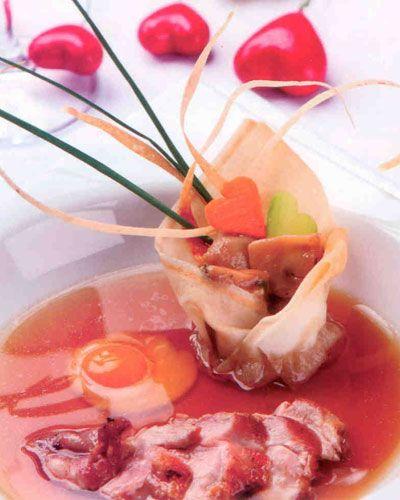 Bıldırcın Konsome  Yufkaya sarılı mantar yahnisi, bıldırcın göğsü ve haşlanmış bıldırcın yumurtası ile (2 kişilik)  Malzemeler:  1 adet bıldırcın  Tavuk suyu için:   400 gr tavuk suyu  Yarım havuç  1 parça pırasa  2-3 kereviz yaprağı  1 dilim soğan  1 adet defne yaprağı   1 dal maydanoz   Bıldırcın konsome için: Bıldırcın kemikleri, 10 gr havuç, 10 gr pırasa, 10 gr kereviz, 4 adet yumurta beyazı, tuz, karabiber   Bıldırcın yumurtası: 2 adet bıldırcın yumurtası, 2 çay kaşığı limon sirkesi, tuz, karabiber  Mantar yahnisi için: 1 yemek kaşığı tereyağı, 1 yemek kaşığı kıyılmış soğan, 1 diş kıyılmış sarımsak, 80 gr karışık mantar, tuz, karabiber, yarım yufka   Tarifin devamı  >>>>>>>>>>>>>>>>>>>>>>