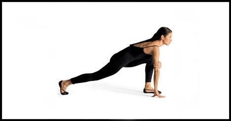3- Walking spiderman Kalça ve baldırları çalıştırıyor.   Sol bacağınla öne doğru bir hamle yap. Sol baldır yere paralel olmalı. Denge sağlamak için sağ elini yere koy. Sol elinle sağ dirseğinin üst tarafını kavra. Kalçalarını sıkarak sağ bacağınla ayağa kalk. Hareketi dört-beş defa her iki bacağınla da tekrarla.