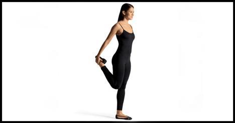 6- Walking stretch Koşu ya da pedal çevirdikten sonra kalçalarını mutlaka esnetmelisin.   Kollarını iki yana alarak ayakta dur. Sol bacağınla öne bir adım at ve sağ ayağını sağ elinle yakala. Bacağını dizden büküp yukarı doğru çekerken vücut dimdik durmalı. Bir saniye öylece kalıp bacağını tekrar yere bırak, bu sefer sol bacağını yukarı kaldır. Hareketi 8-10 defa tekrarla.