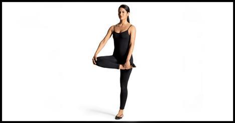 9- Walking alternating leg cradle Bacaklarını kalça genişliğinde açarak pozisyon al. Sol bacağınla öne doğru hamle yaparken sağ ayağını da yukarı kaldır. Dizini kırıp sağ ayağını sol kalçana doğru döndür. Topuğun tavanı göstermeli. Sağ ayağını sol elinle ve sağ dizini sağ elinle tutarken sağ bacağı göğsüne doğru çek. Sağ bacağını bırakıp öne doğru ilerle. Aynı hareketi sol bacakla da uygula. Hareketi beş kez tekrarlamalısın.