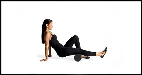 11- Hammy roll  Bacaklarını uzatarak yere otur. Sol ayağı sağ baldırla aynı hizaya gelecek şekilde yere koy ve köpük silindiri sağ dizin altına al. Avuçlarını arkanda yere koyarak kalçanı ve sağ ayağını yerden kaldırmaya çalış. Bunu yaparken ellerin sabit kalmalı. Silindiri dizlerden kalçalara doğru yuvarlamalısın. Sol bacağı hafifçe içeri ve sonra da dışarı doğru döndürerek uyguladığın hareketi birkaç defa tekrarla.