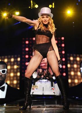 Madonna konserlerinde sahneye iç çamaşırı benzeri kostümleriyle çıkıyor.