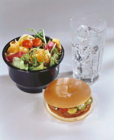 1. Salata, bir hamburgere göre her zaman daha az kalorilidir.  Bu, tamamen yanlış bir bilgi. Salatanın üzerine eklenen soslar oldukça yüksek kalorili olabilir. Üstelik zeytinyağı da sağlıklı olduğu gerekçesiyle salatalarda bolca tüketilir. Fakat zeytinyağının yüksek kalori değerlerine sahip olması çoğu zaman atlanan bir gerçektir. Bu yüzden sıradan bir hamburgere göre yoğun soslu ve zeytinyağlı bir salatanın kalorisi daha fazla olabilir. Ancak diyette kontrollü olarak salata yemek çok yararlı olabilir. Çünkü salata için kullanılan sebze ve yeşillikler lif yönünden zengindir. Bu besinler mide ve bağırsakları fazladan çalıştırarak kalori yakımını hızlandırır.