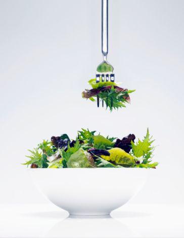 2. Düşük kalorili sebzeler daha iyidir.  Salatanızı analiz edeceğiniz zaman içindeki besleyici öğelere ve enerji sağlayan kalori değerlerine dikkat edin. Örneğin kerevizi az kalorili olduğu için tercih ediyor olabilirsiniz ama bu sebzenin size kazandırdığı enerji de düşüktür. Kereviz gibi açık renkli sebzeler diğer sebzelere göre daha az lif, vitamin ve mineral içerirler. Bu nedenle bol sebzeli salata tercih edeceğiniz zaman kırmızıbiber, brokoli, havuç, bezelye ve patlıcana ağırlık verin.