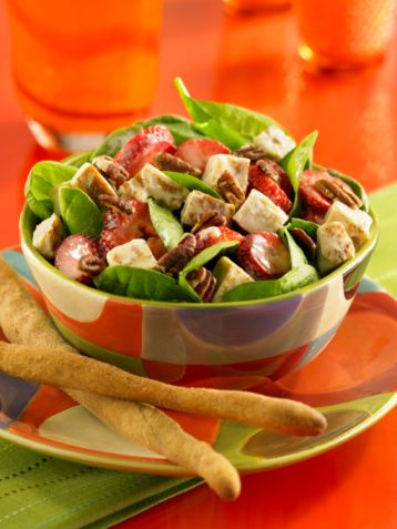 4. Salatanızın üstüne eklediğiniz kızarmış tavuk ya da et kalori değerini artırmaz.  Eğer salatanız bir ana yemeğe eşlik etmiyorsa, doyurucu olması için üzerine tavuk ya da et ekleyebilirsiniz. Ama dikkat! İşte bu noktada salatanız masumiyetini kaybediyor ve bir kalori deposu haline gelebiliyor. Bu nedenle eğer salatanıza protein değeri kazandırmak istiyorsanız, haşlanmış ya da yağsız tavada pişirilmiş et ya da tavuğu tercih etmelisiniz.