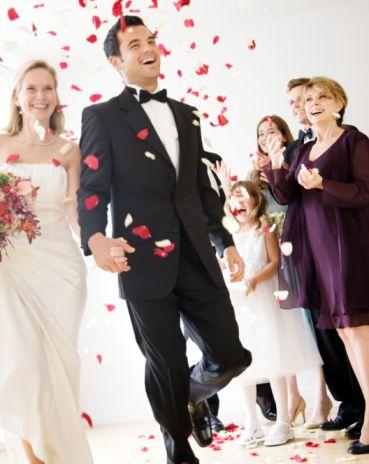 Boğa  Boğa kadını ve erkeği genelde büyük düğünleri tercih ederler. Evlilik kararı Boğa burcu insanı için çok güç verilen bir karardır. Öncelikle  ilişkiden tam anlamıyla emin olması gerekir.  Bu çok zor kararı aldıktan sonra her şeyi en ince ayrıntısıyla planlayarak, uygulamaya koyarlar. Gösterişli ve detaylarla süslenmiş bir düğün isterler.   Evliliğin ilk zamanlarından sonra Boğa erkeği, eşini tamamen sahiplenir. Eğer sadık ve güvenilir Boğa erkeği ile evlenirseniz her türlü ihtiyacınızın karşılanacağına emin olabilirsiniz. Boğa kadını için öncelikle iş hayatı gelir.   Kariyer onlar için büyük önem taşır. Daha sonra bir aile isterler. Aslında sevgi dolu, ideal eştirler. Çocuk sahibi olduktan sonra ise evcimen, iyi bir anne olurlar.