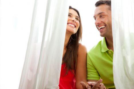 İkizler  Her ortama kolayca adapte olduğundan iyi bir eştir. İhtiyaçlarını önmeseyen ve onunla aynı hayat tarzını paylaşan bir eş ile çok mutlu olurlar. İkizler burcu ile balıklama bir evlilik doğru olmaz. Böylesi bir bağdan önce birkaç yıl birlikte yaşamakta fayda vardır.   Bu onların kendilerini de hazır hissetmeleri açısından önemli bir süredir. Böylece hayatının aşkı olarak düşündüğü insanı daha yakından tanıma imkanı bulur, uzun vadede bir birlikteliğin nasıl olacağı konusunda fikir sahibi olabilir.   Eğer bir İkizler kadını ile evlenecek olursanır, kabiliyetli ve hamarat bir eşiniz olacak demektir. Aile yaşantısı iş hayatını bir arada yürütmek isterler ve büyük bir olasılıkla da başarılı olurlar.   Enerjilerini ve hayata pozitif bakışları ile etkileyicidirler. İkizler erkeği için başlangıçta her şey çok güç olsa da, bir kez karar verdiği zaman çok iyi bir koca olabilir. Destekleyici, hayat dolu ve zekidirler.