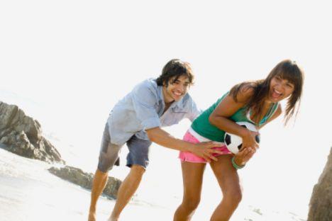 Akrep  Pek çoğu kendi bahçesinde özgürce oynayabilmek ister. Seksüel uyum onun için çok önemlidir. Onun parmağına bir kere evlilik halkası takabilirseniz işler tamamen değişir. Pek çoğu bu durumda ilgili, dikkatli, sevgi dolu ve her durumda  eşini başarısı için destekleyen bir eş olurlar. İlişkide gerçekten güven hissetmezlerse çok kıskanç olurlar.   Eşlerinin güven dolu bir ortam yaratmasını beklerler. Birlikte olduğu kişiyle fiziksel, duygusal ve mali açıdan bir ahenk yaratmaya çalışırlar. Her zaman evliliğini korumak için elinden gelen her şeyi yaparlar. Yıllar geçtikçe bu bağ daha da güçlenir. Su grubu Akrep'in güçlü duyguları nedeniyle iyi bir ilişki kurulabilir. Pek çok mutlu beraberlik Su grubu Akrep birlikteliğinden doğmaktadır.   Aralarında her zaman konuşulmadan oluşmuş bir saygı ve itina vardır. Akrep'in Toprak grubuyla da ilişkileri olumludur. Ortak bir yolları olması ve pratik düşünmeleri bu ikili için güven vericidir. Ahenkli ve uygun birliktelik açısından şansı çok yüksektir.   Hava duygularını Akrep için akılcı bir hale sokmalıdır, aksi takdirde bu birliktelik hiç uygun olmayacaktır. Akrep burcu Ateş grubunun enerjisinden çok etkilenir ve aralarında her zaman güçlü bir çekim vardır. Aralarında büyük fırtınalar oluşabilir.