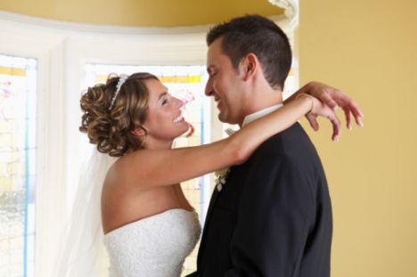 Aslan  Aslan burcu için kontrol etmek önemlidir. Bazı insanlar için bunun sakıncası olmayabilir ama bağımsızlığına düşkün ve otoriter insanlar için ciddi bir problem oluşturur. Aslında Aslan'ın egemenliği altına girmeden ayakta durabilen bir insan, onun için çok daha faydalı olacaktır.   Durum ne olursa olsun onunla bir evliliğin aynı zamanda renkli ve romantik geçeceğine de emin olabilirsiniz. Aslan kadını, tapılırcasına sevilmek ister. İhmal edildiğini düşünürse hayal kırıklığına uğrar.   Eşinin her zaman arkasındadır ve ona iş hayatı başta olmak üzere, her alanda gereken desteği verir. Mükemmel bir eş olduğu kadar iyi bir annedir. Aslan burcu erkeği biraz maçodur. Klasik, evinde oturmaktan mutluluk duyan kadınlardan hoşlanırlar. Bunun yanında ona evinin kraliçesi gibi davranır ve sevgili bir eş olur.