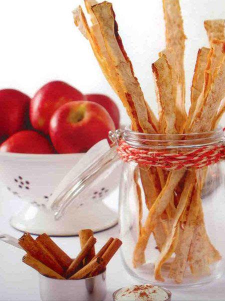 """Elmalı&tarçınlı çıtır (4 kişilik)  Hazırlama süresi: 20 dakika  Pişirme süresi: 15-20 dakika  Malzemeler:  1 yufka  5-6 adet kırmızı elma  2x1/3 ölçü/100 g toz şeker  1 tatlı kaşığı tarçın  2 yemek kaşığı tereyağ   Hazırlanışı: Elmalar soyulur, rendelenir şeker ve tereyağı ile 5 dakika pişirilir, tarçın ilave edilir. Karışım yufkanın yarısına sürülür, yufka katlanır ve hamur keseceği ile şeritler halinde kesilerek yağlanmamış fırın tepsisine dizilir.175 derece ısıtılmış fırında 15 - 20 dakika pişirilir.  Püf noktası: Fırından çıktıklarında yumuşak olmalarına rağmen dışarıda bekleyince çıtırlaşacaklardır. Aynı gün tüketilmez ve yumuşarsa tekrar fırınlayarak çıtırlaştırılabilirler. Çıtırlar kahvaltıda, çay saatinde  hatta dondurma ile tatlı olarak da servis edilebilir.  Şefin önerisi: Pul biber, kekik, ezilmiş sarımsak ilave edilen zeytin ezmesi ile """"zeytinli çtırlar"""" yapılabilir"""