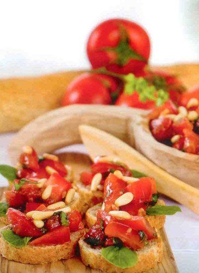 Bruschetta (4 kişilik)  Hazırlama süresi: 15 dakika  Malzemeler:  3 adet domates  2 diş sarımsak  1 yemek kaşığı dolmalık fıstık (arzu edilirse)  ½ paket/demet taze fesleğen  Sos:  1 yemek kaşığı balsamik sirke  1/3 ölçü/ 50 ml sızma zeytinyağı  1 tutam tuz  1 tutam taze çekilmiş karabiber  Hazırlanışı: Domatesler ikiye kesilir, çekirdekleri çıkartılır, ufak küp şeklinde doğranır. İnce kıyılmış fesleğen ve ezilmiş sarmısak ilave edilir. Dolmalık fıstıklar az zeytinyağında pembeleştirilir ve domatesler ilave edilir. Zeytinyağı, balsamik sirke, tuz, karabiber ile hazırlanan sos domatesler ile karıştırılır. Baget ekmek veya kıtırlar ile servis edilir.