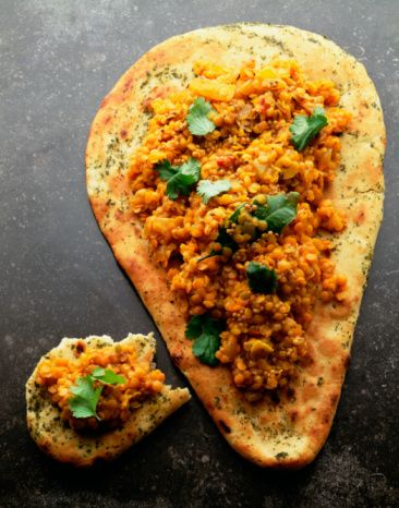 Sebzeli naan Hindistan başta olmak üzere Afganistan ve Pakistan mutfağının bir parçası olan kalın ve lezzetli naan genelde köri veya acı sos ile tercih edilirdi. Ancak artık sandviç olarak veya çeşitli soslara bandırarak yemek de mümkün. Geleneksel olarak çamur veya kilden yapılmış fırınlarda pişirilen pita benzeri ve yumuşacık naan, malzemeleri güzelce toparlıyor. Kısaca korkmadan istediğiniz kadar çeşidi içine doldurmanız mümkün. Mesela tıpkı şimdi vereceğimiz tarifteki gibi naanın içine kamyon dolusu humus doldurduktan sonra üzerini karabiber ve karnabaharla kapatabilirsiniz. Naan'ı marketlerde bulamayacağınız için fırınlarda satılan tırnak pideyi kullanabilirsiniz.  960 gr karnabahar 2 adet yeşilbiber, boydan dörde bölünmüş 1 adet kırmızı soğan, dörde bölünmüş 2 yemek kaşığı sızma zeytinyağı 4 adet naan 8 yemek kaşığı humus 8 yemek kaşığı acı Hint turşusu 1 orta boy domates, doğranmış