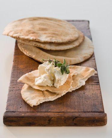 Peynir ve tonlu halkalar Normal bir dilime göre daha az şeker barındırdığından öğlen yenilen beyaz ekmeğin etkisinin tersine pita, kan şekerini arttırmadan (ve akşamüstü ani bir düşüş yaratmadan) vücudunun karbonhidrat arayışını tatmin eder. Tam tahıllı ekmek markalarını araştırıp fındık fıstık gibi tatlarla zenginleştirilmiş olanları tercih ederseniz, midenizi de sağlam tutmuş olursunuz.   180 gr ton balığı, yağı süzülmüş 120 gr kereviz 60 gr soğan, doğranmış 2 yemek kaşığı light labne peyniri 60 gr salata sosu 3 yemek kaşığı humus 1 yemek kaşığı fesleğen, doğranmış 1 adet limon, sıkılmış 6 adet 15 cm'lik delikli ufak pita