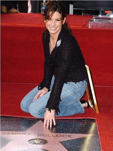 Sandra Bullock 2005 yılında Hollywood bulvarındaki yıldızının yanında.