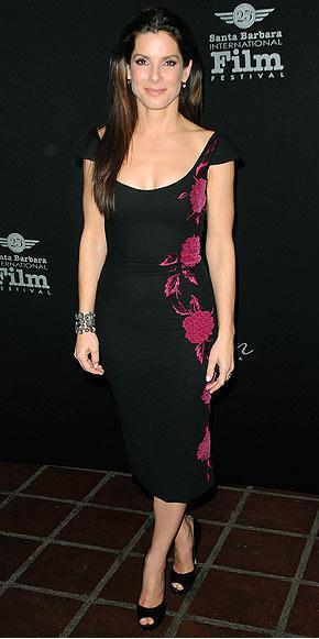Sandra Bullock Santa Barbara film festivali'nde L'wren Scott elbisesi ve Ferragamo stilettolarıyla.