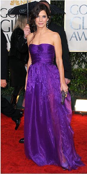 Sandra Bullock Altın Küre Ödül Töreni'nde mor Bottega Veneta elbisesiyle.