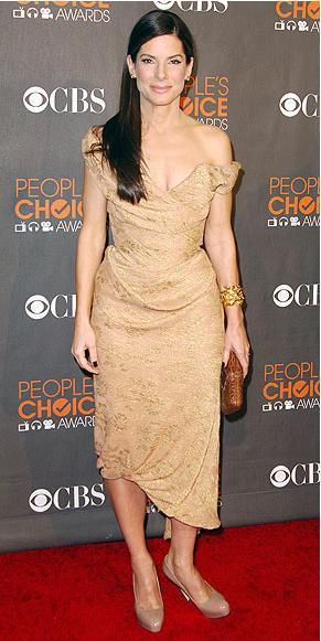 Sandra Bullock dore brokar elbisesini Brian Atwood ayakkabılar ve Ferragamo clutch ile tamamlamış.
