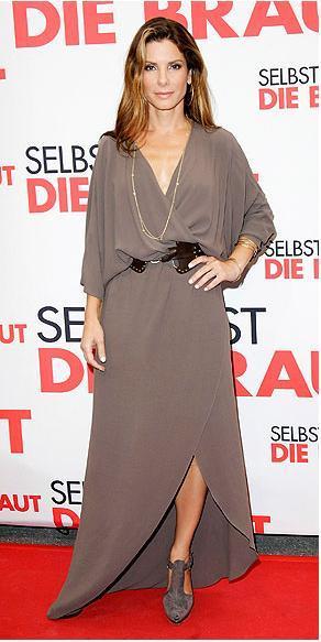 Sandra Bullock Anvelop Halston elbisesiyle.